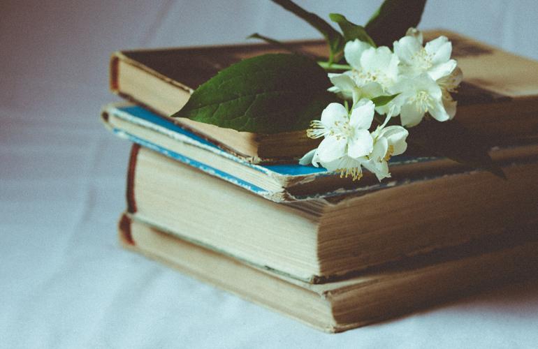 white flowers on books (c) Aliis Sinisalu