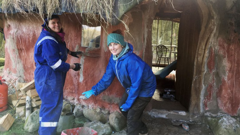 Plastering the round house at Henbant permaculture farm (c) Rianne Mason